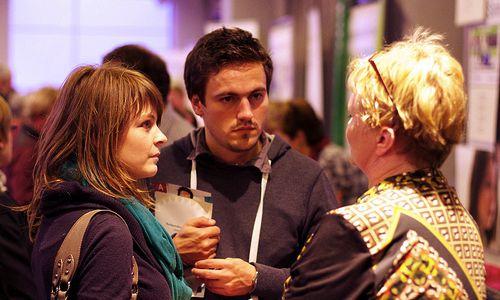 foto van drie mensen in gesprek